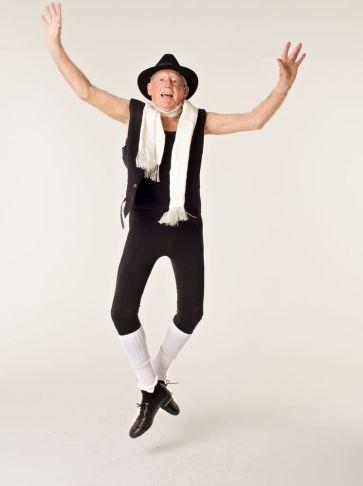 John Lowe começou ballet quando completou 80 anos. Agora, com 94, ele dança profissionalmente e gosta de apresentar-se no palco.