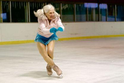 """Yvonne Dole sofreu um acidente de carro quando ela tinha 80 anos, resultando em uma concussão grave. Os médicos a aconselharam a parar de usar seus patins. Hoje, aos 89 anos, ela continua participando de competições. """"Se algum dia eu estou de mau humor eu olho para os [meus] colegas com seus sacos de oxigênio, coloco os patins e sorrio."""""""