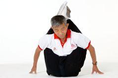 Duan Tzinfu, 76, demonstra sua incrível flexibilidade. Ele só começou a treinar quando completou 60 anos. Antes que ele começasse a treinar, os 40 anos de trabalho duro em uma fábrica de produção de vidro significava que ele mal conseguia andar e não era flexível o suficiente para alcançar os dedos dos pés.