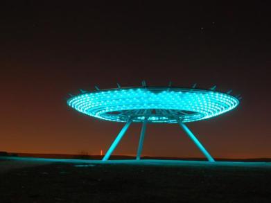 Halo: a mais recente é uma obra de aço criada por John Kennedy do LandLab. À noite, cria a sensação de um anel luminoso pairando sobre a montanha.