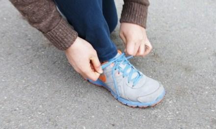 친구들과 걷는 중 신발 끈 풀렸을 때 대처법