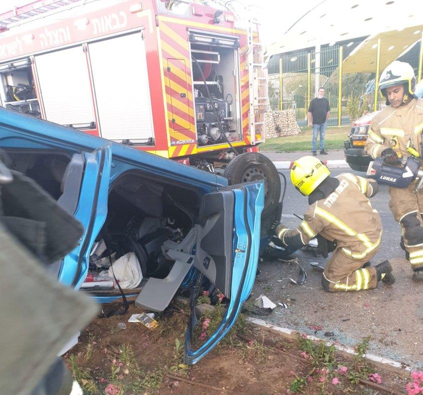 תאונת דרכים - רכב הפוך ברעננה. חילוץ מכבי אש