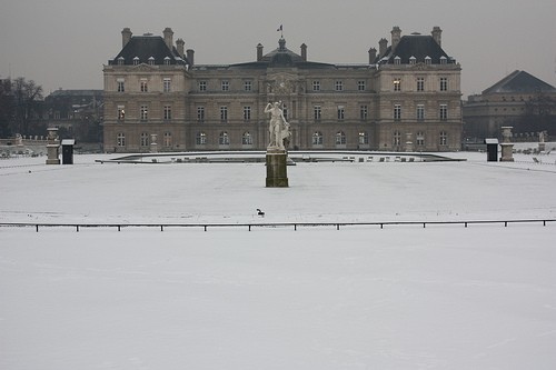 jardin luxembourg in the snwo