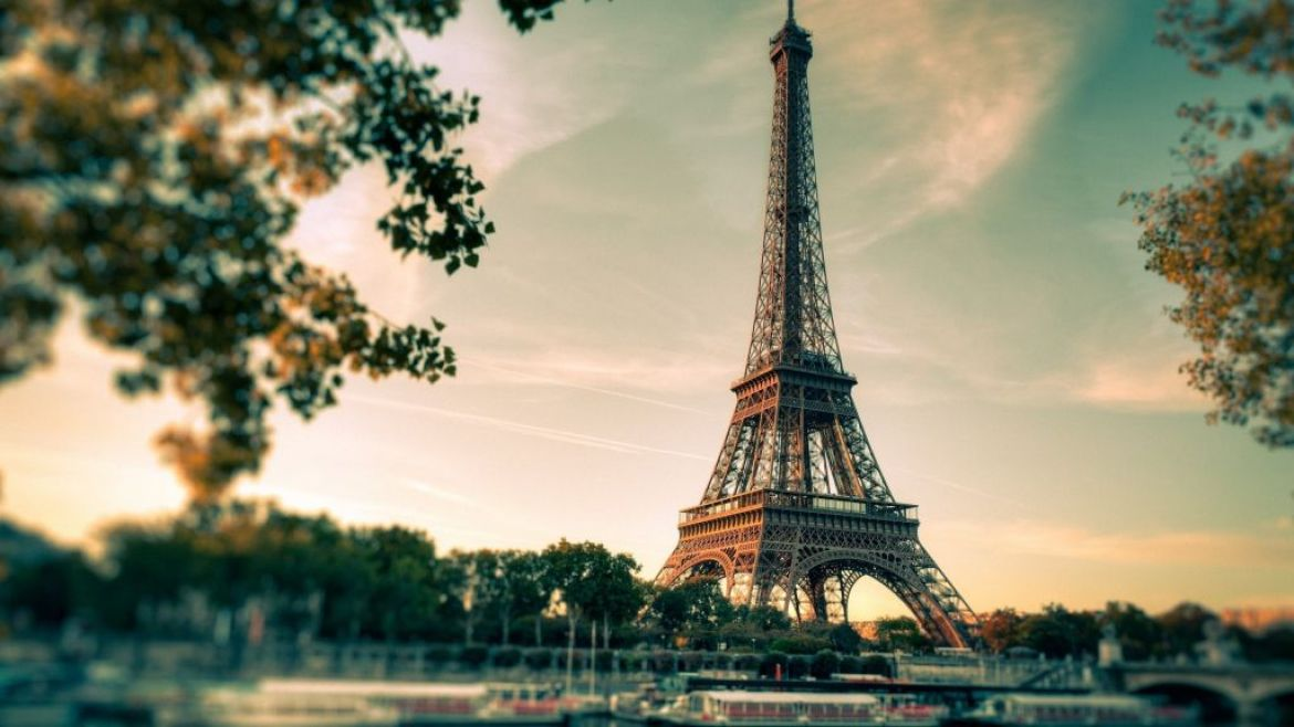 the eiffel tower seen across the river