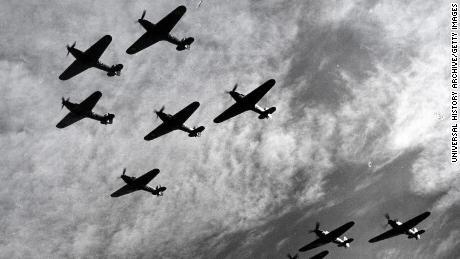 القصة مجنونة ولكنها حقيقية لطيار مقاتل من الحرب العالمية الثانية قال إن  ساقيه الاصطناعية أنقذت حياته – شاشوف ShaShof