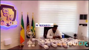 """Video Of Shatta Wale Counting Bundles Of Dollars As He Jams To Stonebwoy's Song """"Putuu"""" 