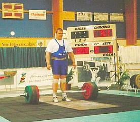 На помосте Игорь Конюхов (тогда ему было 16 лет) - чемпион Европы среди юношей в тяжелом весе. На штанге - 200 кг.