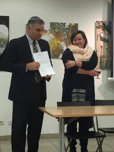R. Baumol le otorga a Olga un certificado con su nombre hebreo