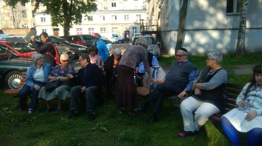 seniors ready for food from LagBaomer fire