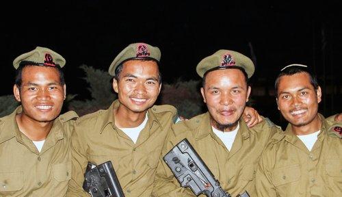 Członkowie plemienia Bnei Menasze w tej samej izraelskiej jednostce