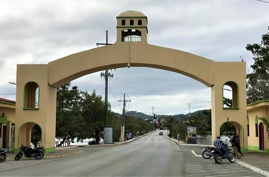 The causeway between Flores and Santa Elena