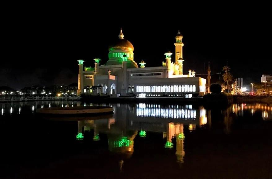 Omar Ali Saifuddien Mosque - Bandar Seri Begawan, Brunei by night