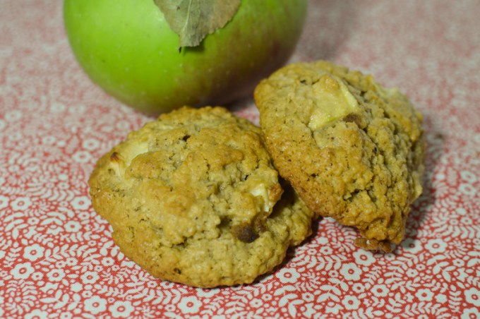Oat cookies in front of apple / Apple oat cookie / SHE-EATS