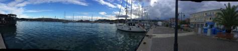 Lefkas Hafenpromenade - gegenüber die Sunsail Flotte