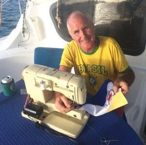 Reto sewing the Bonaire courtesy flag - in the beginning he thought it was too difficult. But quickly he accepted the challenge ;-) Our Brazilian friends may recognized the nice T-Shirt (with the 6 estrelas, already prepared for the next championship ;-)