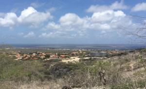 Blick vom Aussichtspunkt hinunter auf Kralendijk und Klein Bonaire