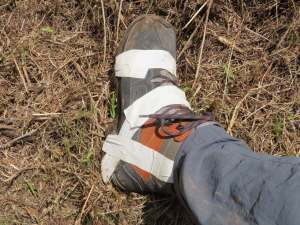 during our 3rd hike Reto´s shoe starts to dissolve and we are happy about the good tape that we carry with us