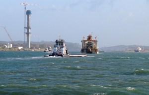 mit denen werden wir geschleust: vor uns das Kranschiff und das Tugboat, das das Schleusentor schiebt