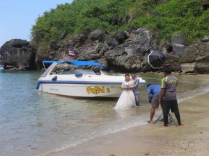 Couple taking wedding pictures in Sabai beach