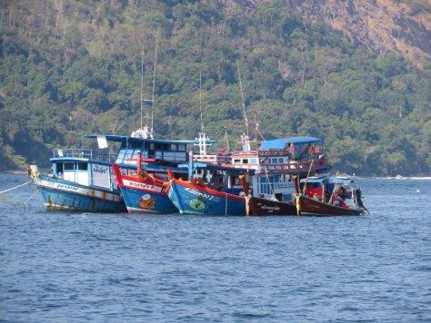 Die Fischerboote in Koh Lipe hängen sich zur Pause zusammen.