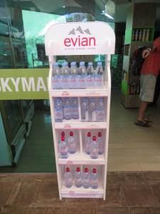 Erstaunlicherweise kann man am Gipfel wieder Wasser in Plastikflaschen kaufen!