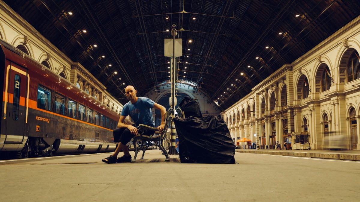 Selbstportrait mit Transbag: Fotograf Martin Bichsel auf seiner Anreise am Bahnhof Budapest. (Bild: Martin Bichsel)