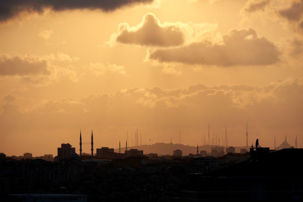 Tradition und Moderne: Die Skyline von xxx mit Minaretten und Handyantennen. (Bild: Martin Bichsel)