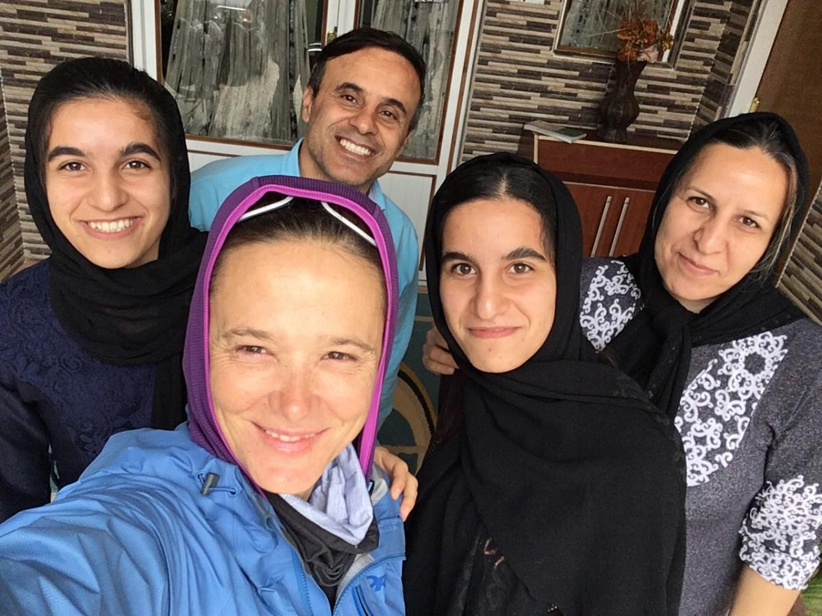 Selfie mit Gastfamilie: Bei Ali, seiner Frau Moratese und den Zwillingstöchtern Minu und Mushde fand ich spontan Unterschlupf, als kein Hotel zu finden war. (Bild: Andrea Freiermuth)