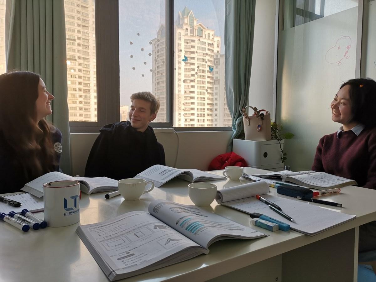 Schon bei Lektion 14: Mit zwei cleveren 18-Jährigen in der Klasse. (Bild: Andrea Freiermuth)