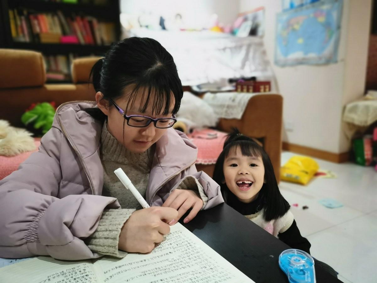 Und so sieht es bei der grossen Schwester Yì Chén (13) aus: Während der ganzen Primarstufe hat sie tapfer mindestens zwei Stunden am Tag geübt. (Bild: Andrea Freiermuth)