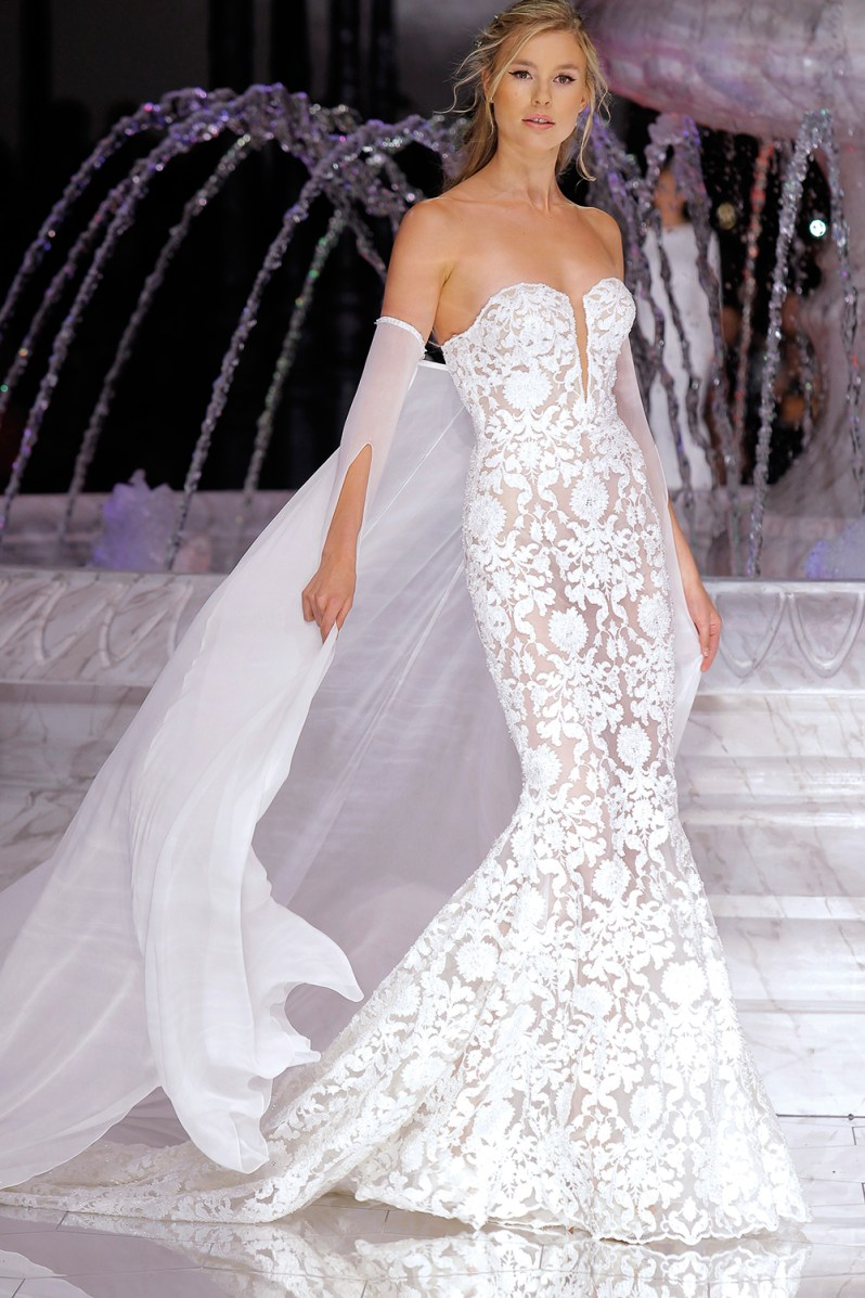 PRONOVIAS-FASHION-SHOW_-Runis