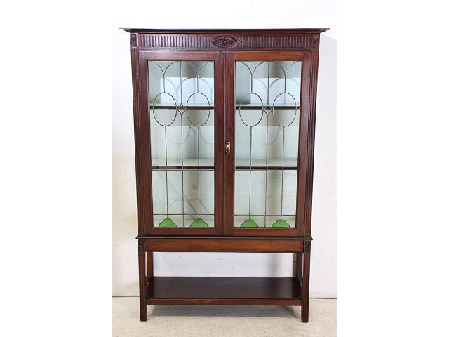 美しいステンドグラスの扉が印象的な英国製アンティークのディスプレイキャビネット