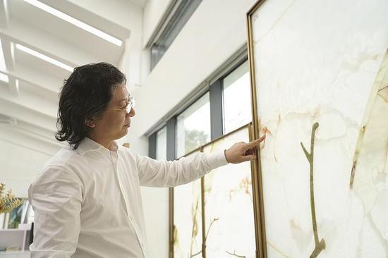 甘传辉与玉石结下不解之缘,他利用玉石的天然美制作出各种艺术品、居家装饰品和建筑体。