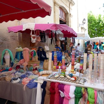 Scarves in the Fayence market