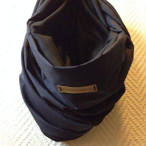 Reflective pocket scarf navy blue-black - Heijastava taskuhuivi tummansininen-musta - Reflex scarf med ficka mörk blå-svart - She rocks a bun
