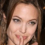 Angelina shpon fytyren me gjilpera!