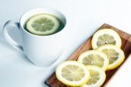 Uje i Ngroht Me Limon – Pse Duhet Te Pish