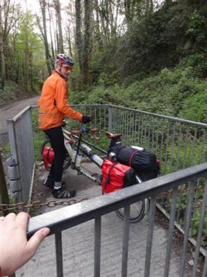 Un-tandem friendly bike gate