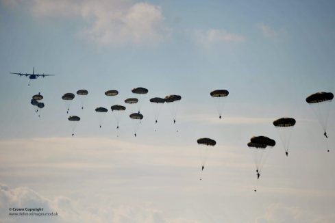 Paratroopers from 3 PARA descend. Image courtesy of Defence Images https://flic.kr/p/bNAtfH