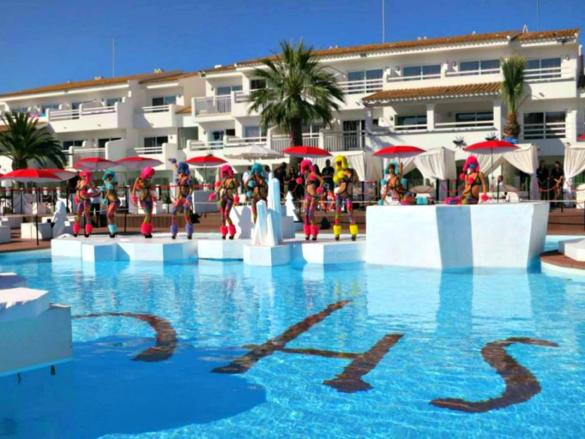 2784 010713 Ushuaia Pool and Stage