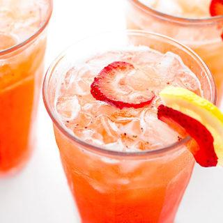 Easy Strawberry Lemonade Recipe | shewearsmanyhats.com