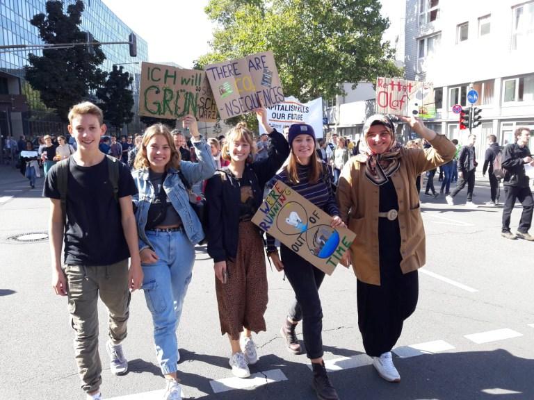 """""""Was hat dieses Bild für mich  mit Freiheit zu tun? Zwei Gedanken dazu:  Mit der Fridays for Future-Bewegung habe ich hautnah erlebt, wie gut es ist, in einer Demokratie zu leben. Ich habe mir die Freiheit genommen zu überlegen, was mir wichtiger ist: Demonstrieren oder Schule. Freiheit ist Meinungsfreiheit. Klimaschutz bedeutet für mich  gleichzeitig auch die Freiheit der Menschen, die besonders von den Folgen betroffen sind zu schützen."""""""