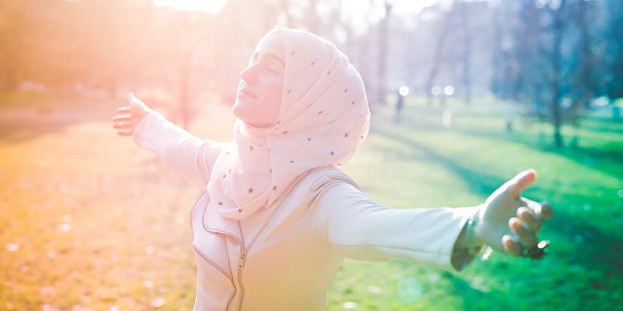 Красивая мусульманка в парке