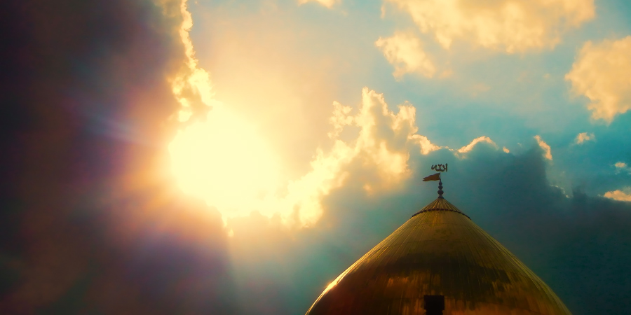 Солнечный свет озаряет золотой купол мечети
