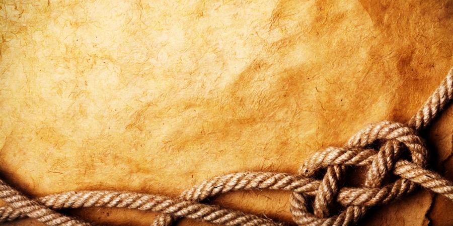 Старая бумага, перевязанная верёвкой