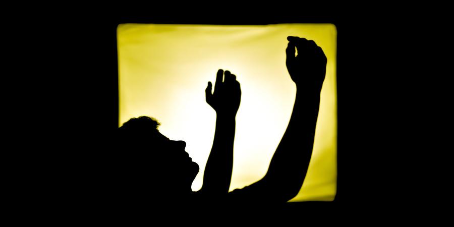 Человек, воздевающий руки к небу во время молитвы