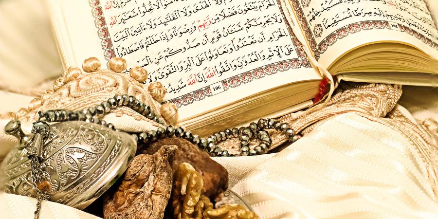 Коран, чётки и сухофрукты