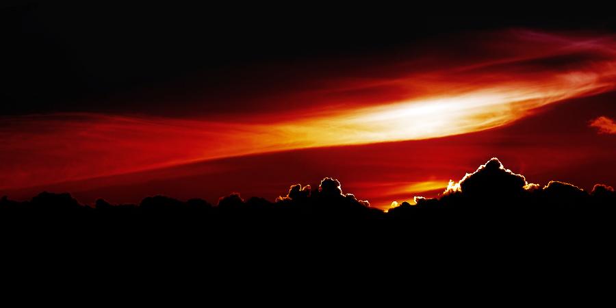 Солнце за чёрными облаками
