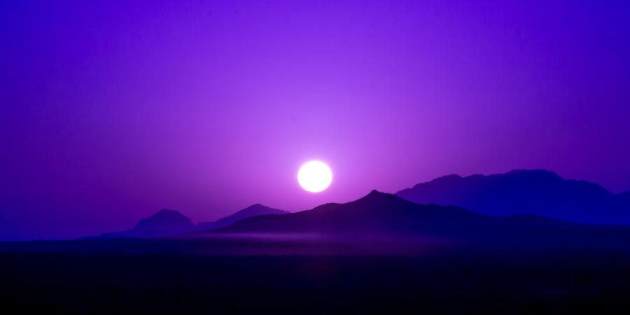 Фиолетовое небо во время восхода солнца над горами в пустыне, Иран