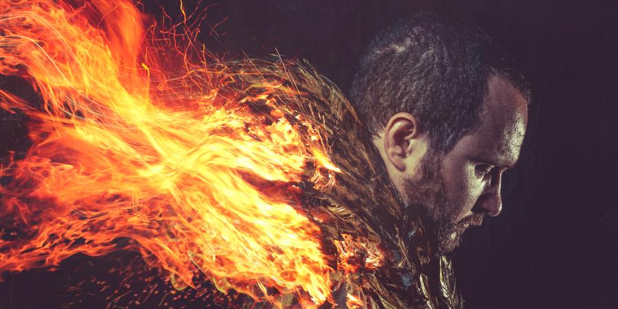 Мужчина, объятый пламенем